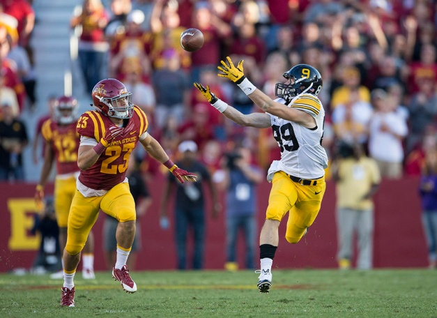 Iowa Hawkeyes wide receiver Matt VandeBerg (89) pulls down a 48 yard pass for a first down during the second half of their game against the Iowa State Cyclones in the Iowa Corn Cy-Hawk Series Saturday, Sept. 12, 2015 at the Jack Trice Stadium in Ames. (Brian Ray/hawkeyesports.com)